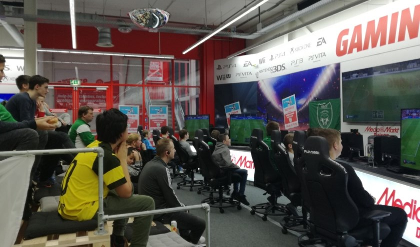 Jeugdspelers en supporters tijdens het eerste SDZZ FIFA-toernooi bij de Media Markt in Duiven. (foto: Diana Edwards Fotografie)