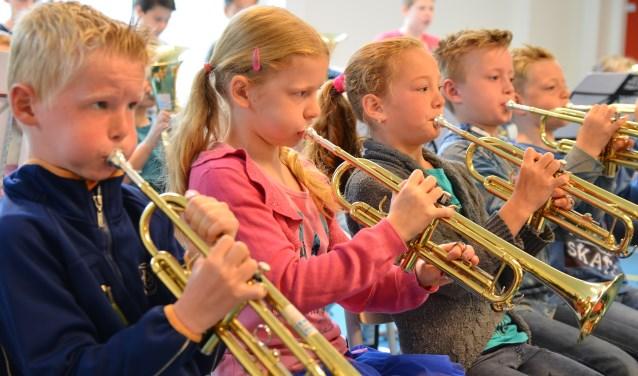 Kinderen spelen trompet. (foto: Bart Auceps)