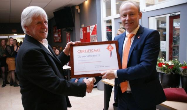 Wim Janssen ontvangt de KNVB onderscheiding. (foto: Ben Stellaard)