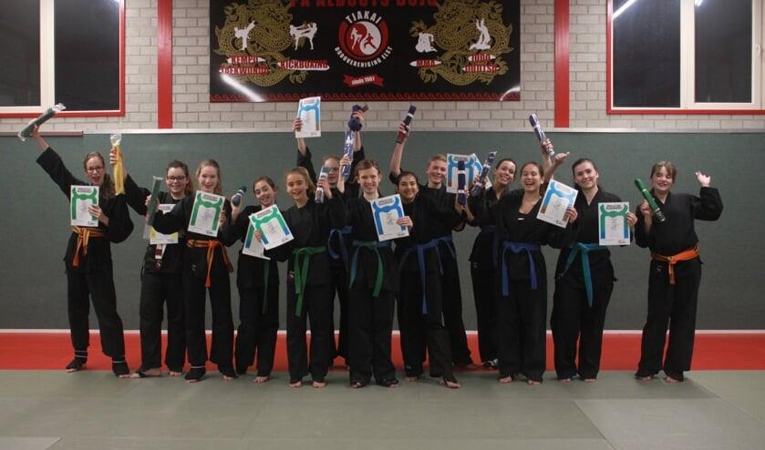 Groepsfoto uitreiking diploma. (foto: Albouts)