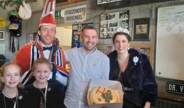 Siebe Klomp met de taart van Frans en Moniera. (foto: Thomas Hoekjan)