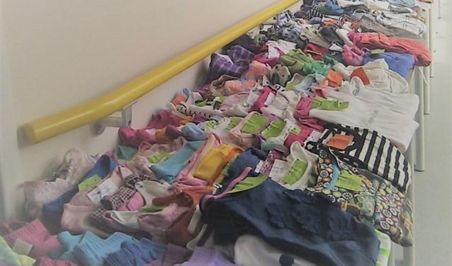 Kinderkleding uitgestald op de  kinderkledingbeurs. (foto: Margré Mollink)
