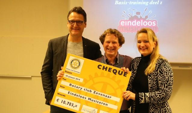 Ignar Rip (midden) krijgt uit handen van Henk Vellekoop en Lilianne Leenders van Rotary Liemers de cheque voor het project Eindeloos Musiceren. (foto: Rotary Zevenaar)