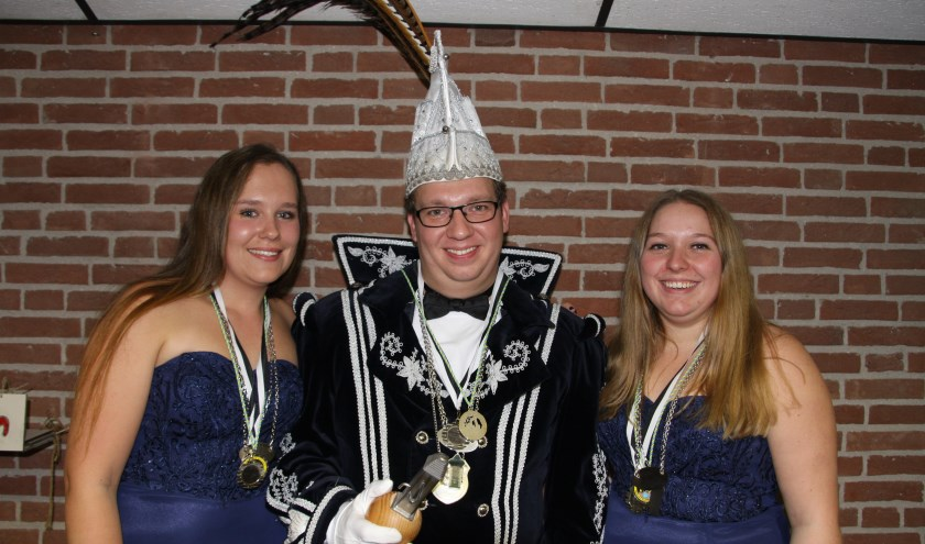 Prins Toon de Trucker met hofdames Raisa en Lisanne. (foto: Suzanne Broekhuizen)
