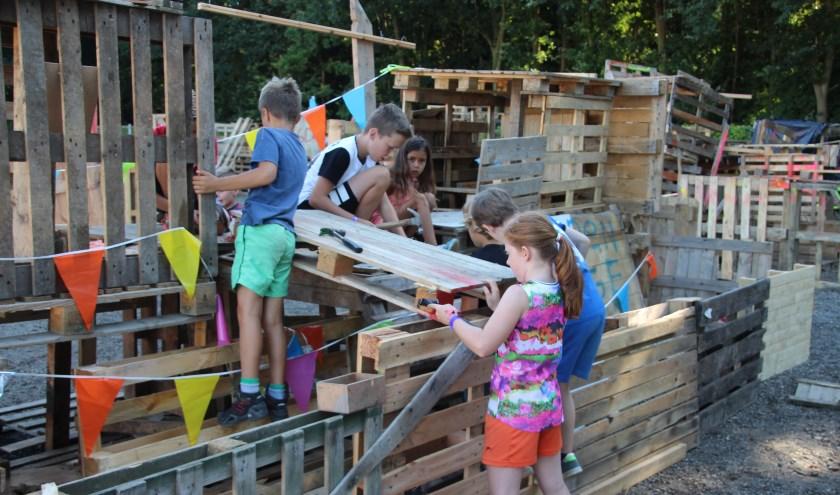 Kinderen bij het hutten bouwen. (foto: Gerard Bressers)