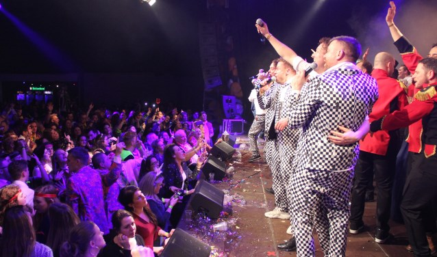Winnaars Schlagerfestival Da Krült met hun schlager 'Zuuperhéld. (foto: Peter Hendriks)