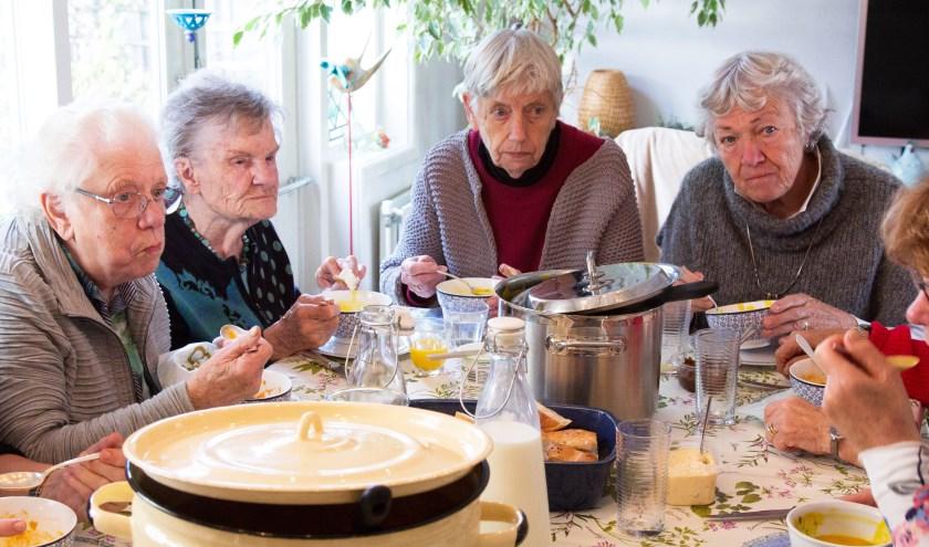 Deelnemers Eshof aan 'De Soeptafel'. (foto: Edwin Kettelerij)