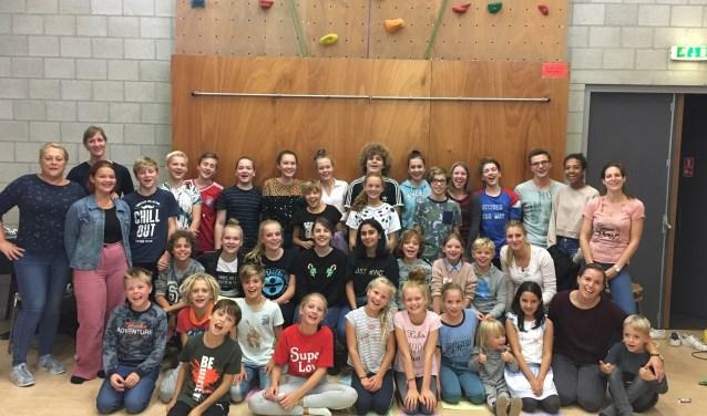 De 32 kinderen en begeleiding tijdens het kennismakingskamp in september. (foto: Theater Kees)