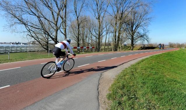 Voor meer fietsstroken in Lingewaard moeten fietsers nog een paar jaar geduld hebben. (foto: Sjaak Veldkamp)