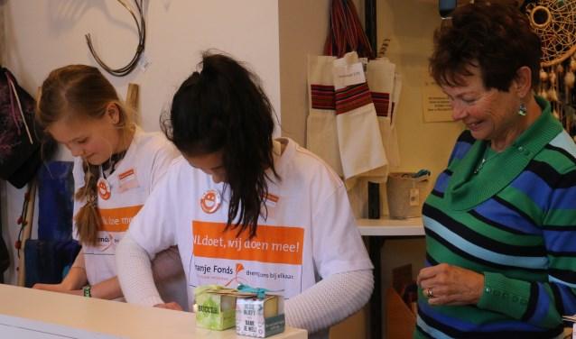 NLDoet 2018. Twee leerlingen van groep 8 De Wegwijzer met Marijke van Brandenburg als begeleidster. (foto: Jane Grob-van Hooydonk/PR)