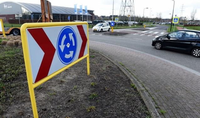 Ook de veilheid op rotonde is volgens wijkbewoners in het geding. (foto: Sjaak Veldkamp)