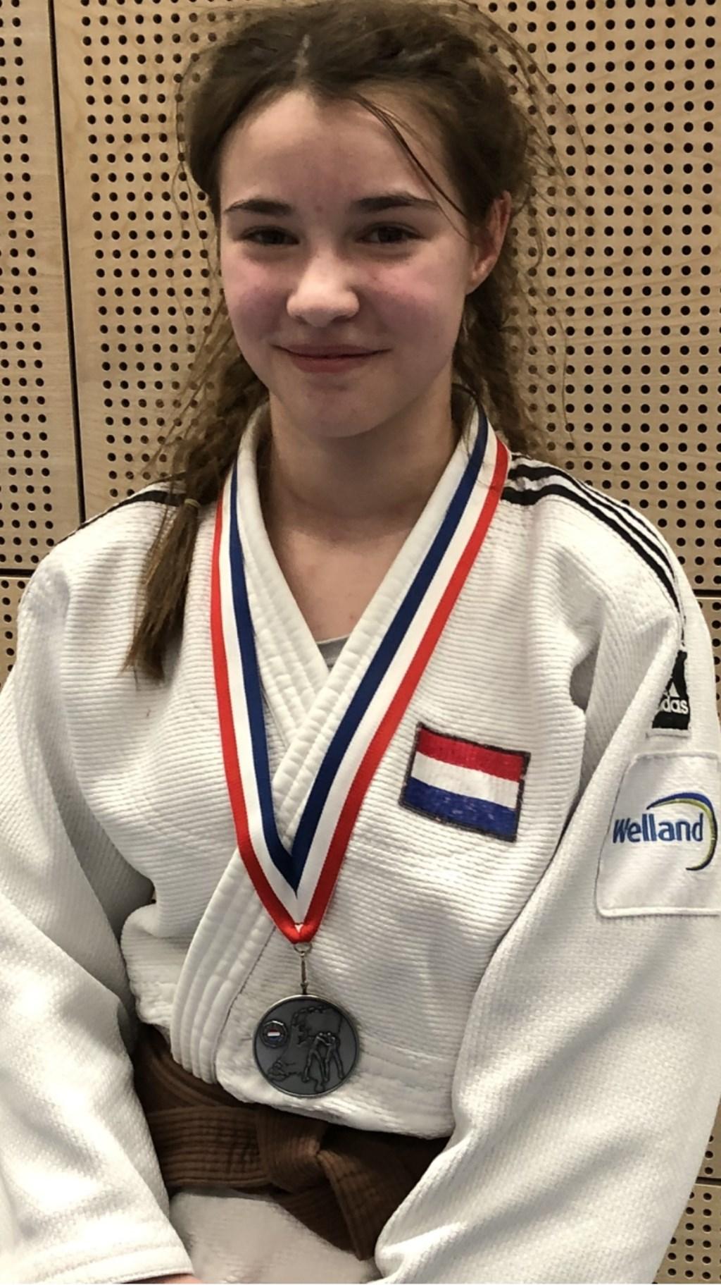 Mirthe van Kerkhof met haar vijfde NK -medaille. (foto: Michiel van Kerkhof)