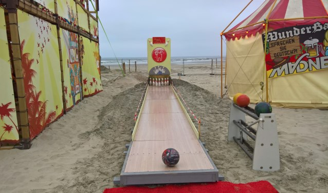 Bowlingbaan op het strand van Ameland tijdens Madnes Festival 2018. (foto: O. van Tongeren)