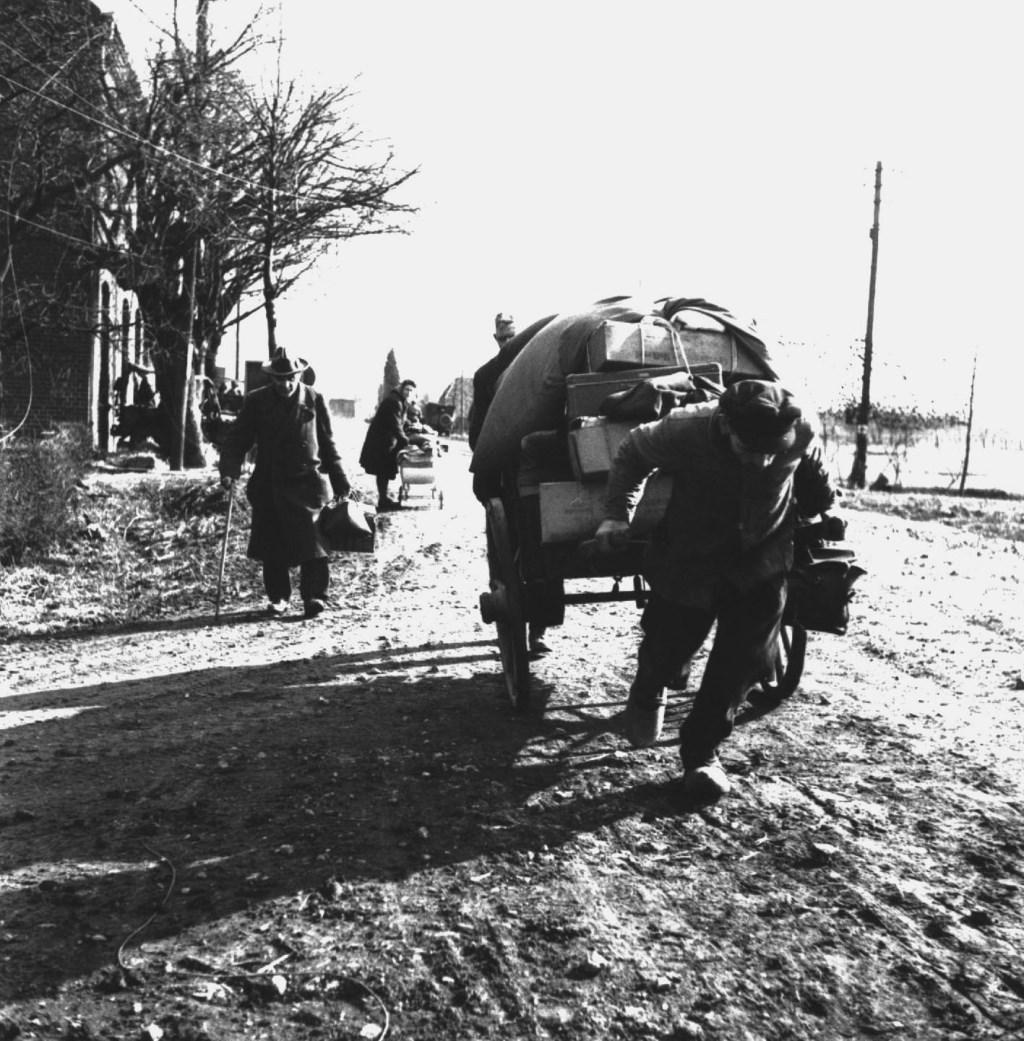 Vluchtelingen in het Nederlands-Duitse grondgebied. (foto: Archief Bevrijdingsmuseum Groesbeek)