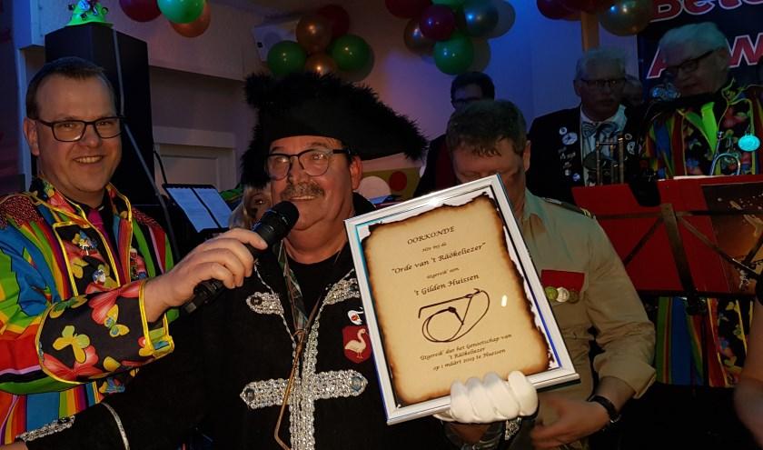 Jan Wannet neemt voor Gilden Huissen 't Räökeliezer in ontvangst. (foto: Marjoke du Bois)
