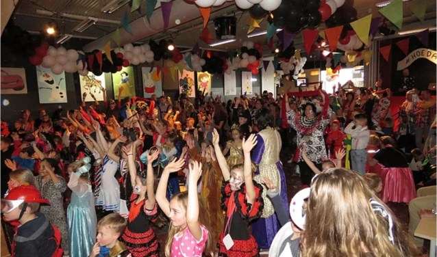 Carnavalsvierders van jong tot oud.