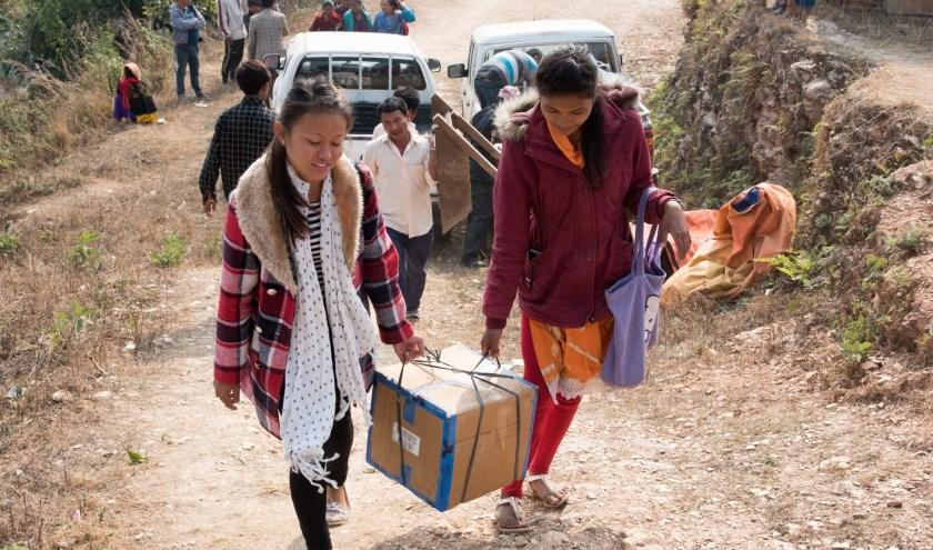 Verpleegsters laden medische spullen uit. (foto: Miva)