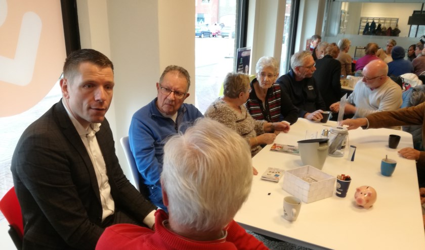 Wethouder Horsthuis-Tangelder bezoekt Huiskamer van Elst. (foto: Eddie van Hattum)