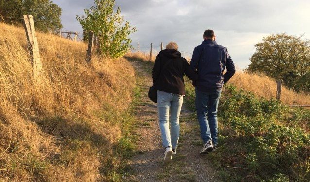 Twee wandelende mensen op klompenpad Kandia in Groessen. (foto: Jos Peters)
