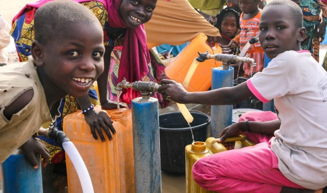 Nigeriaanse kinderen bij een waterput. (foto: ZOA)