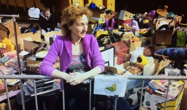 Sylvia Eeuwes en een deel van de gedoneerde spullen.