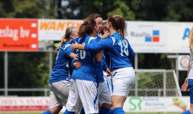 Enkele dames juichend na een doelpunt. (foto:  LIN VI Fotografie)