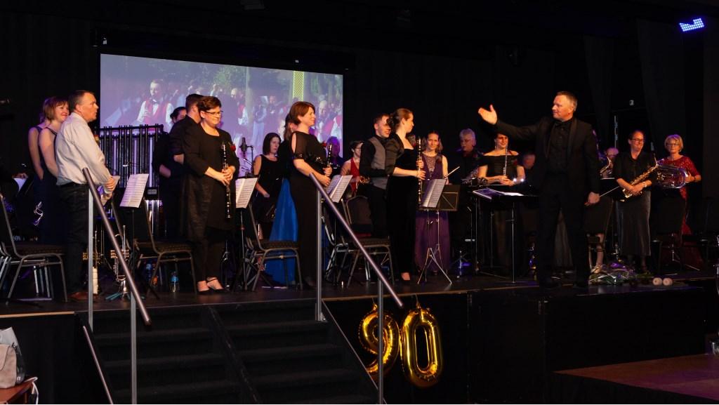 Het harmonieorkest onder leiding van Michael van den Broeck. (foto: Eddy de Wild) Foto: Eddy de Wild © Hét Gemeentenieuws