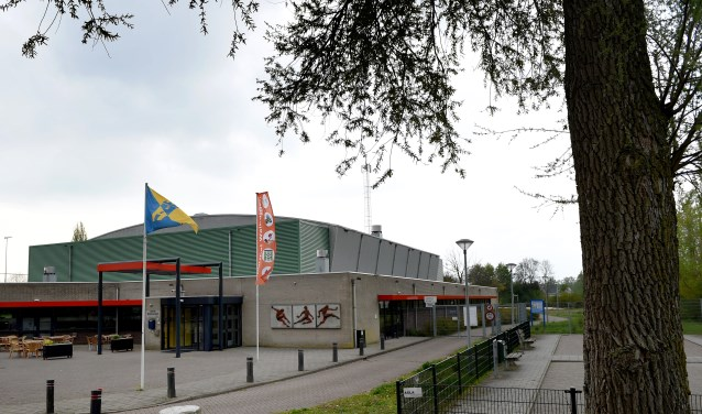 Op sporthal Walburgen in Gendt liggen straks 820 zonnepanelen. (foto: Sjaak Veldkamp)