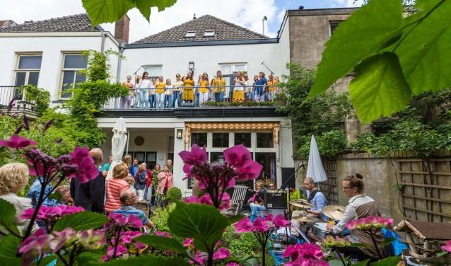 Publiek geniet van orkest in de tuin en zangers op het dakterras. (foto: Maarten J. Eykman)