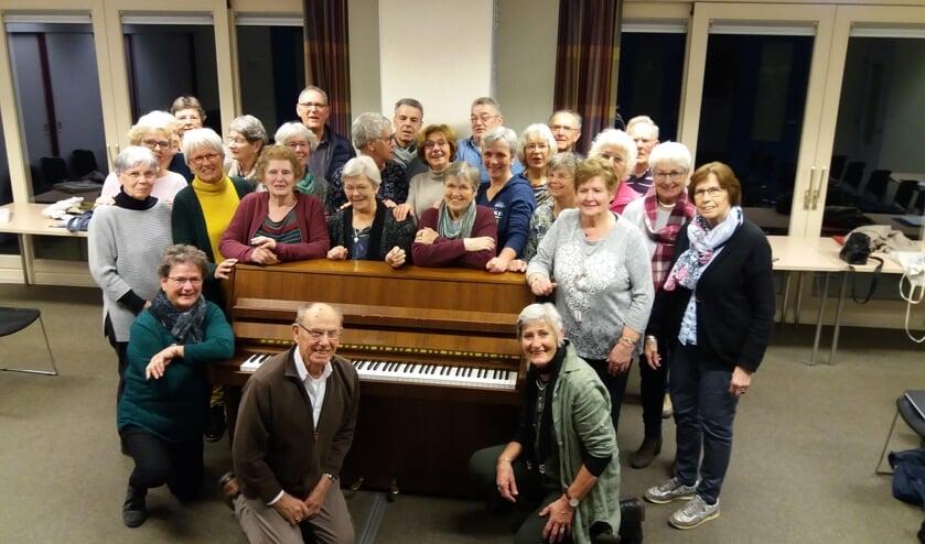 Merendeel van het koor Animato in de repetitieruimte in Zetten. (foto: F.D. Sipman)