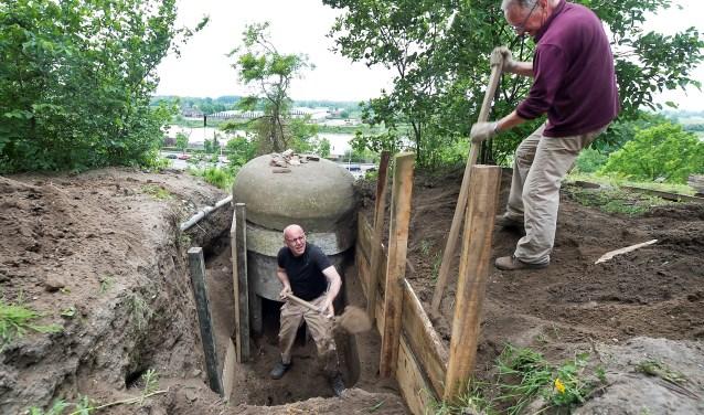 Blootleggen bunker. (foto: AWN Afdeling 17 Arnhem)