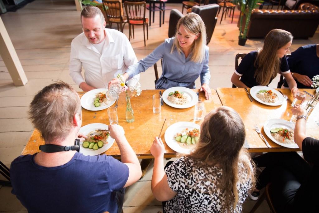 Elke avond begint met een gezamenlijke maaltijd. (foto: Alpha Nederland) Foto: Alpha Nederland © Hét Gemeentenieuws