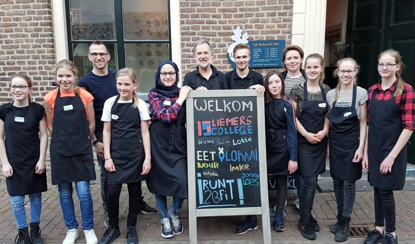 De Leerlingen en medewerkers van Eet-Lokaal zijn trots op de geweldige samenwerking. (foto: Pablo van Dick)