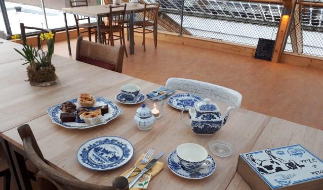 Gedekte tafel op dakterras. (foto: Zorgboerderij Hoog-Broek)