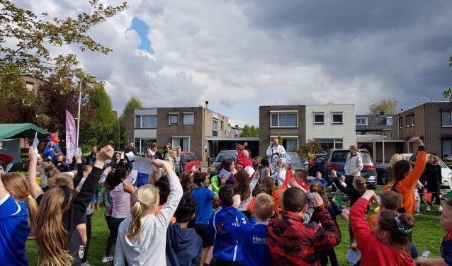 De warming-up voor de sponsorloop. (foto: Dianne Molthoff)