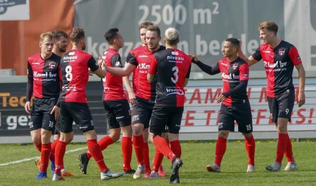 De Treffers v Jong Vitese: Groesbeek2de divisie   2018-2019 (l-R)Coen Maertzdorf van De Treffers wordt gefeliciteerd met zijn 2. (Foto: Jan Peters)