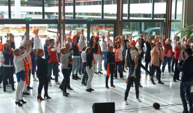 Optreden Popkoor o|two|six stadhuis - Koningsdag 2017 (foto: Addy Landzaat)