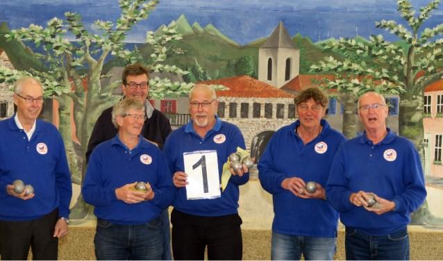 De kampioenen: Frans Krol, Jan Berends, Ben Peters, Simon Kouwenhoven, Henk van der Kemp, Ton Sluiter en  Geert Arends. (foto: JBC Lingewaard)