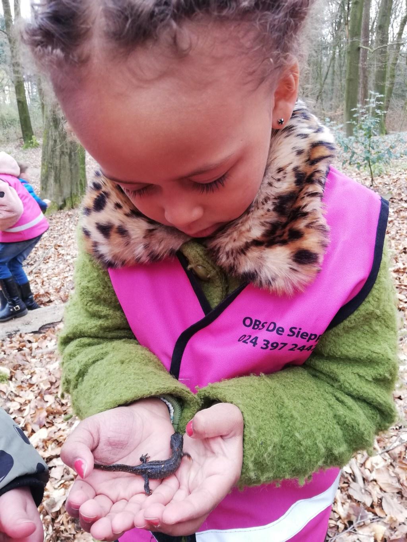 Pauline met Sjakie salamander. (foto: Dianne de Bruin)