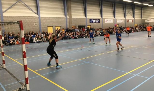 Een tjokvolle sporthal en een spannend wedstrijdverloop bij de laatste derby tussen HV Angeren en HV Huissen.