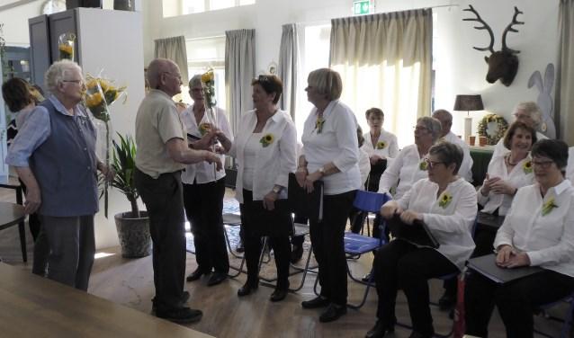 Bewoners September Zevenaar bedanken het Zonnebloemkoor voor een gezellige middag. (foto: Susan de Vries)