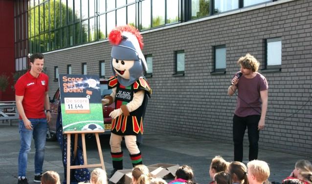 Luc te Riele van NEC, mascotte Bikkel en Kees Meulendijks van de Bibliotheek Gelderland Zuid onthullen de 'score'.