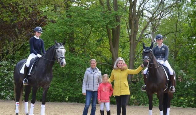 Adelinde en Jill met drie van de deelneemsters. (foto: Ivonne Hol)