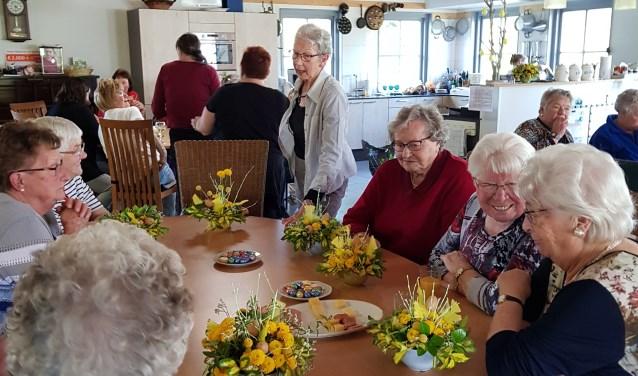Gasten met zelfgemaakte bloemstukjes. (foto: Cora Sluiter)