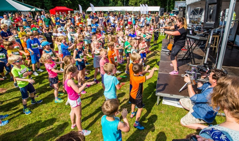Warming-up Kidsrun 2018. (foto: Michiel van Druten)