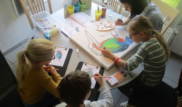 Jeugdigen van Talento Metissimo schilderen en tekenen de ijsvogels. (foto: ccml)