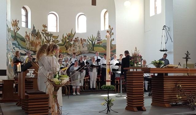 Marjo Janssen (middenvoor) tijdens de Paasviering. (foto: Riky Jansen)