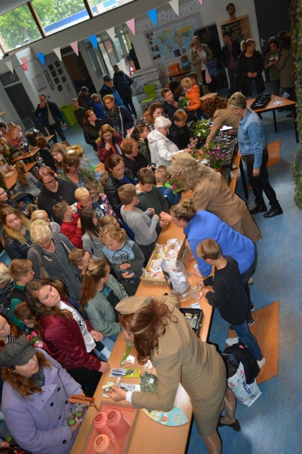 Drukte in de hal. (foto: basisschool de Hien Dodewaard) Foto: basisschool de Hien Dodewaard © Hét Gemeentenieuws