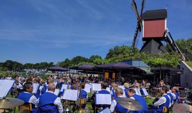 Orkest en molen. (foto: Thea van Driel)