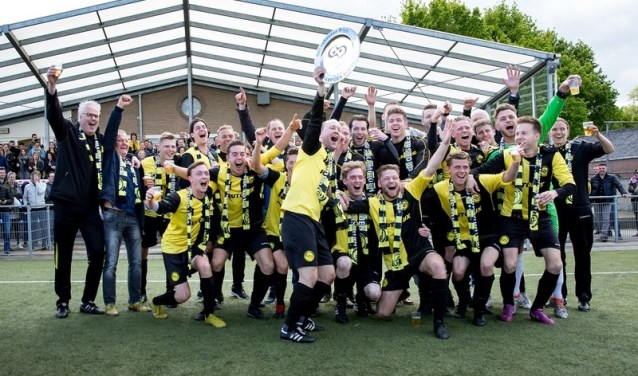 Groesbeekse Boys viert het kampioenschap. (foto: Sandra Eeren)